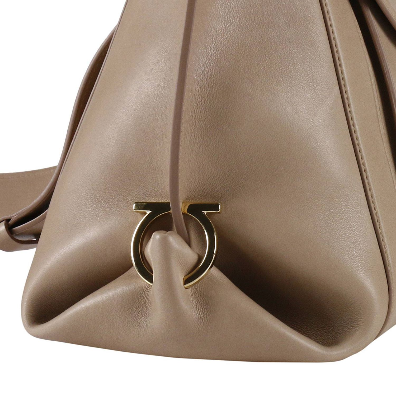 Сумка с короткими ручками Salvatore Ferragamo: Наплечная сумка Женское Salvatore Ferragamo бежевый 5