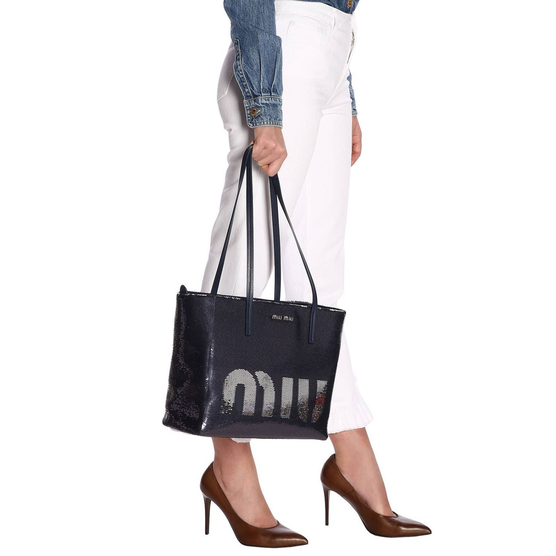Borsa shopping bag medium in pelle laminata con paillettes all over e maxi logo Miu Miu blue 2