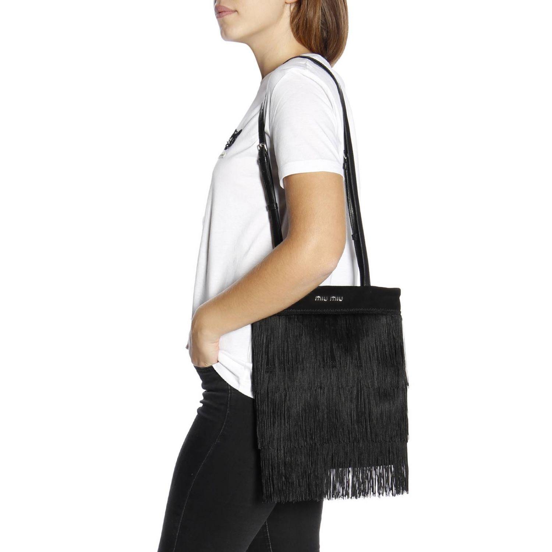Borsa mini shopping bag in camoscio con frange all over e logo Miu Miu nero 2