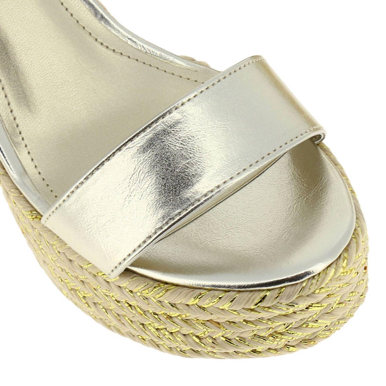 Sandalo a zeppa KKGrand Kendall + Kylie in pelle laminata con corda intrecciata oro 3
