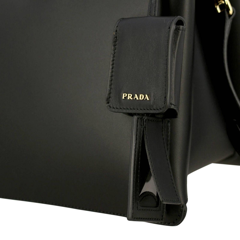 Sac porté main Prada: Sac à main Prada en cuir lisse avec logo en métal et bandoulière noir 4