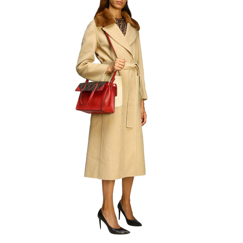 Fendi小号手提包采用哑光皮革制成,配有FF细节 红色 2