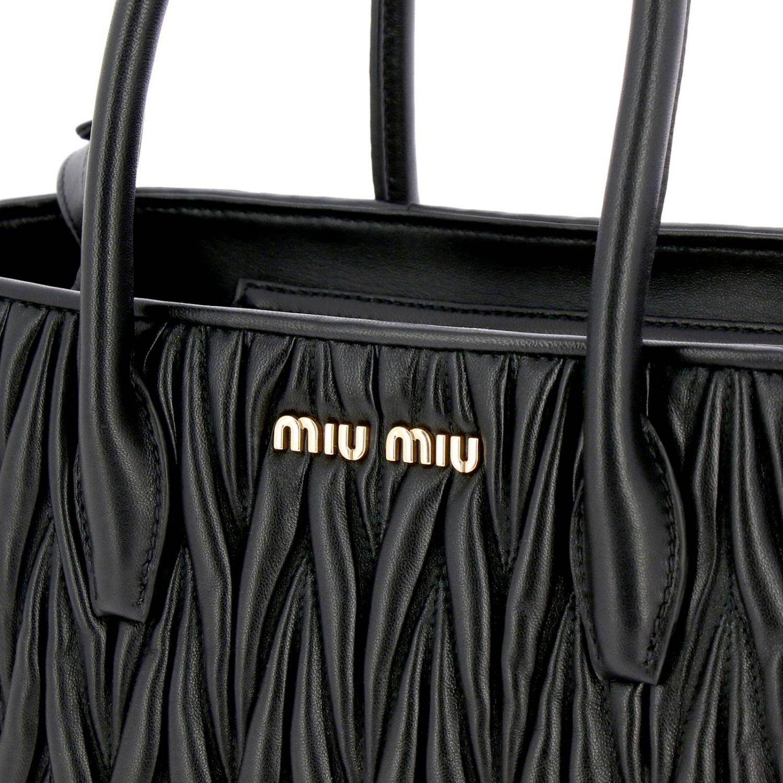 Borsa Miu Miu shopping bag in pelle matelassé con logo Miu Miu nero 4