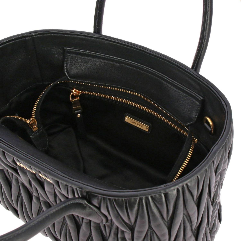Borsa Miu Miu shopping bag in pelle matelassé con logo Miu Miu nero 5