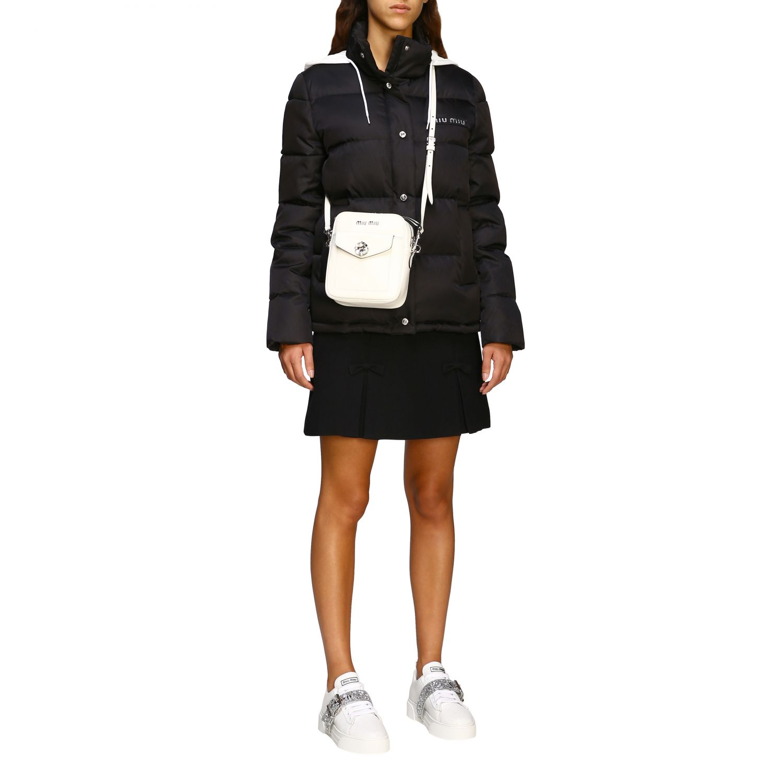 Giacca Miu Miu: Piumino corto logo strass cappuccio bordo pelliccia nero 2