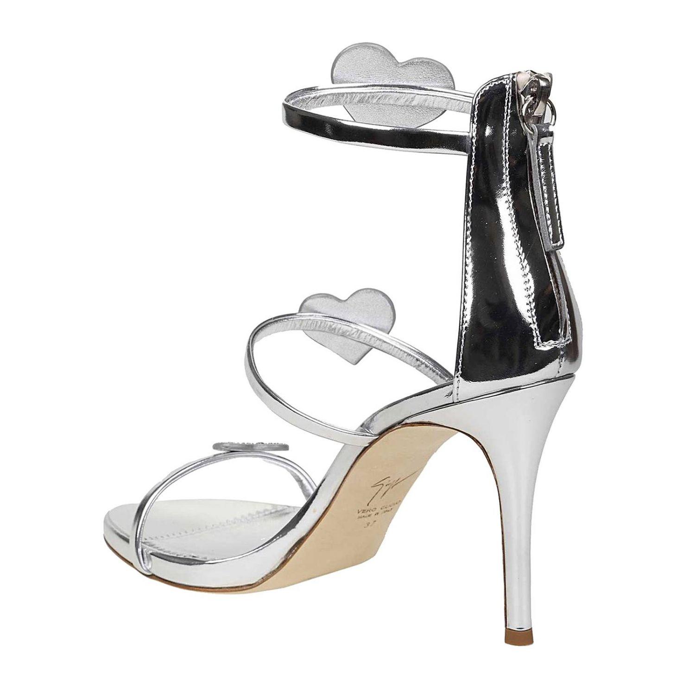 Les sandales à talons argentées Giuseppe Zanotti portées par